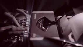 Γυναίκες που γράφουν την επιστολή σε μια εκλεκτής ποιότητας γραφομηχανή με τις ακτίνες αγγέλου φιλμ μικρού μήκους