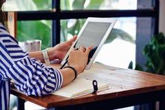 Γυναίκες που γράφουν το λειτουργώντας γραφείο στον καφέ στοκ φωτογραφία