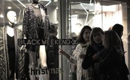 Γυναίκες που εξετάζουν ένα storefront κατά τη διάρκεια της μαύρης Παρασκευής Στοκ εικόνες με δικαίωμα ελεύθερης χρήσης