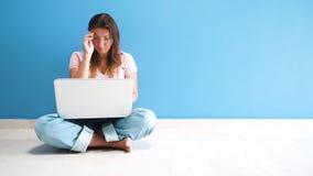 Γυναίκες που εργάζονται με το lap-top απόθεμα βίντεο