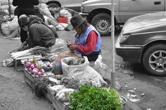 Γυναίκες που εργάζονται σε μια αγορά του Ισημερινού Στοκ Εικόνες