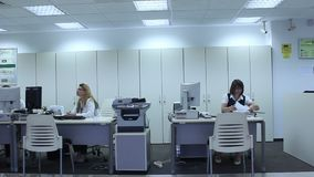 Γυναίκες που εργάζονται στο γραφείο τραπεζών απόθεμα βίντεο