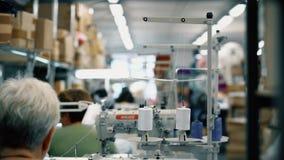 Γυναίκες που εργάζονται στο πλέξιμο του εργαστηρίου απόθεμα βίντεο