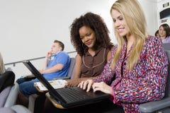 Γυναίκες που εργάζονται στο lap-top στο δωμάτιο διάλεξης Στοκ φωτογραφία με δικαίωμα ελεύθερης χρήσης