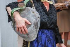 Γυναίκες που θέτουν με το αρχαίο δοχείο για το νερό Στοκ Εικόνες