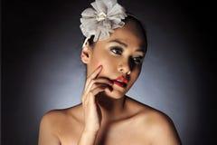Γυναίκες που θέτουν με headband λουλουδιών στοκ εικόνες