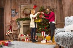 Γυναίκες που διακοσμούν το χριστουγεννιάτικο δέντρο στοκ φωτογραφίες