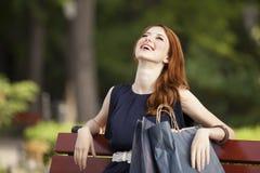 Γυναίκες που κάθονται στον πάγκο στοκ φωτογραφία με δικαίωμα ελεύθερης χρήσης