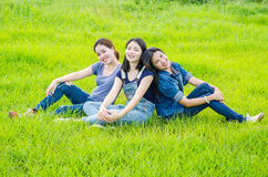 Γυναίκες που κάθονται στο λιβάδι και το χαμόγελο Στοκ Εικόνα