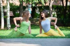 Γυναίκες που κάνουν τη γιόγκα υπαίθρια στο πάρκο στοκ φωτογραφίες