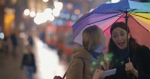 Γυναίκες που κάνουν το αστείο selfie να εξισώσει τη βροχερή πόλη απόθεμα βίντεο