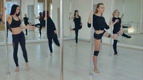 Γυναίκες που κάνουν το τέντωμα στη λέσχη χορού πόλων φιλμ μικρού μήκους