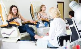 Γυναίκες που κάνουν το pedicure στοκ εικόνες