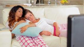 Γυναίκες που κοιμούνται στον καναπέ απόθεμα βίντεο