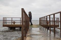 Γυναίκες που κοιτάζουν στη θάλασσα της Βαλτικής Στάση στη γέφυρα σιδήρου στοκ φωτογραφίες με δικαίωμα ελεύθερης χρήσης