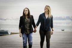 Γυναίκες που κρατούν τα χέρια Στοκ φωτογραφία με δικαίωμα ελεύθερης χρήσης