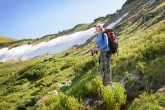 Γυναίκες που με το σακίδιο πλάτης στα βουνά Στοκ φωτογραφία με δικαίωμα ελεύθερης χρήσης