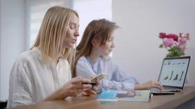 Γυναίκες που μιλούν και που πληρώνουν για τις σε απευθείας σύνδεση αγορές απόθεμα βίντεο