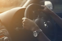 Γυναίκες που οδηγούν στο δρόμο εκλεκτής ποιότητας φίλτρο στοκ εικόνες
