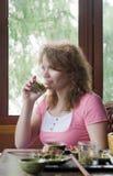 Γυναίκες που πίνουν το πράσινο τσάι Στοκ Εικόνες