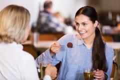 Γυναίκες που πίνουν το τσάι στον καφέ Στοκ Εικόνα