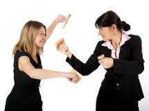 Γυναίκες που παλεύουν με τις σφραγίδες στοκ εικόνα