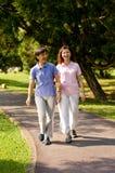 Γυναίκες που περπατούν έξω στοκ εικόνες