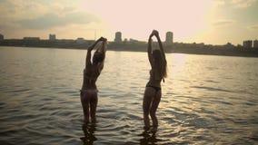 Γυναίκες που περπατούν και που κολυμπούν στο νερό φιλμ μικρού μήκους