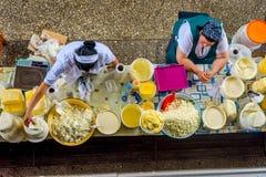Γυναίκες που πωλούν το βούτυρο και το τυρί στο bazaar Στοκ εικόνα με δικαίωμα ελεύθερης χρήσης