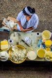 Γυναίκες που πωλούν το βούτυρο και το τυρί στο bazaar Στοκ Φωτογραφία
