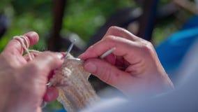 Γυναίκες που πλέκουν την κάλτσα βαμβακιού φιλμ μικρού μήκους