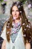 Γυναίκες που πλημμυρίζονται με τα ρόδινα πέταλα Στοκ Εικόνες