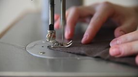 Γυναίκες που ράβουν το καφετί λινάρι με τη ράβοντας μηχανή απόθεμα βίντεο