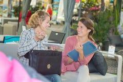 Γυναίκες που συναντιούνται για την επιχειρησιακή πρόταση Στοκ Εικόνες