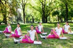 Γυναίκες που τεντώνουν στα χαλιά στοκ φωτογραφίες