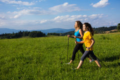 Γυναίκες που τρέχουν, άλμα υπαίθριο Στοκ φωτογραφίες με δικαίωμα ελεύθερης χρήσης