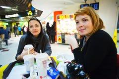 Γρήγορο γεύμα που τρώει και που πίνει Στοκ Φωτογραφίες