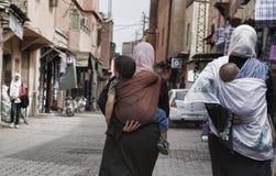 Γυναίκες που φέρνουν τα παιδιά τους Στοκ φωτογραφία με δικαίωμα ελεύθερης χρήσης