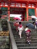 Γυναίκες που φορούν το κιμονό στον ιαπωνικό ναό Στοκ Φωτογραφίες