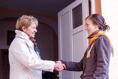 Γυναίκες που χαιρετούν το κορίτσι Στοκ φωτογραφία με δικαίωμα ελεύθερης χρήσης