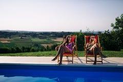 Γυναίκες που χαλαρώνουν και που κάνουν ηλιοθεραπεία το καλοκαίρι στοκ φωτογραφίες