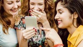 Γυναίκες που χρησιμοποιούν την ψηφιακή έννοια συσκευών στοκ φωτογραφία