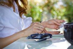 Γυναίκες που χρησιμοποιούν τη σε απευθείας σύνδεση πληρωμή αγορών lap-top στοκ φωτογραφίες