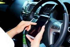 Γυναίκες που χρησιμοποιούν το έξυπνο τηλέφωνο στο αυτοκίνητο Στοκ φωτογραφίες με δικαίωμα ελεύθερης χρήσης