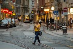 Γυναίκες που χρησιμοποιούν το έξυπνο τηλέφωνο Στοκ φωτογραφία με δικαίωμα ελεύθερης χρήσης