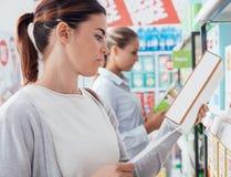 Γυναίκες που ψωνίζουν στην υπεραγορά στοκ φωτογραφία με δικαίωμα ελεύθερης χρήσης