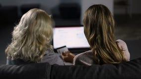 Γυναίκες που ψωνίζουν on-line με την πιστωτική κάρτα στο σπίτι απόθεμα βίντεο
