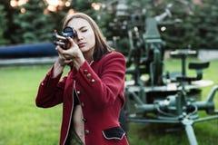 Γυναίκες πυροβολισμού που κρατούν ένα πυροβόλο όπλο Στοκ Εικόνες
