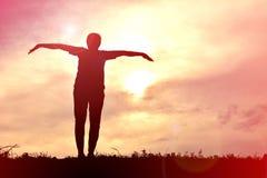 Γυναίκες σκιαγραφιών που παίζουν στο ηλιοβασίλεμα Στοκ εικόνες με δικαίωμα ελεύθερης χρήσης