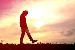 Γυναίκες σκιαγραφιών που παίζουν στο ηλιοβασίλεμα Στοκ φωτογραφία με δικαίωμα ελεύθερης χρήσης